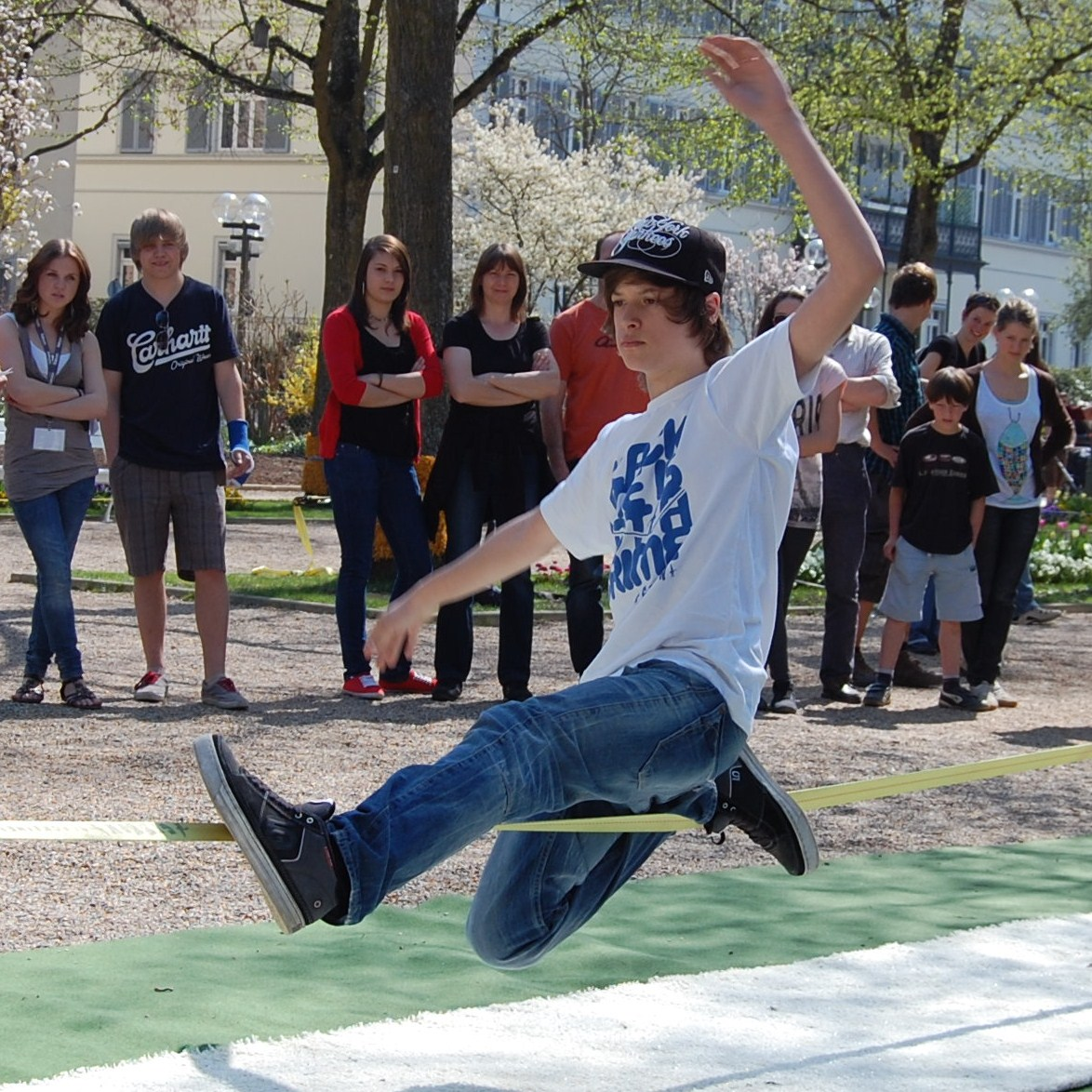 https://upload.wikimedia.org/wikipedia/commons/4/4d/Slackline-02.JPG?uselang=es