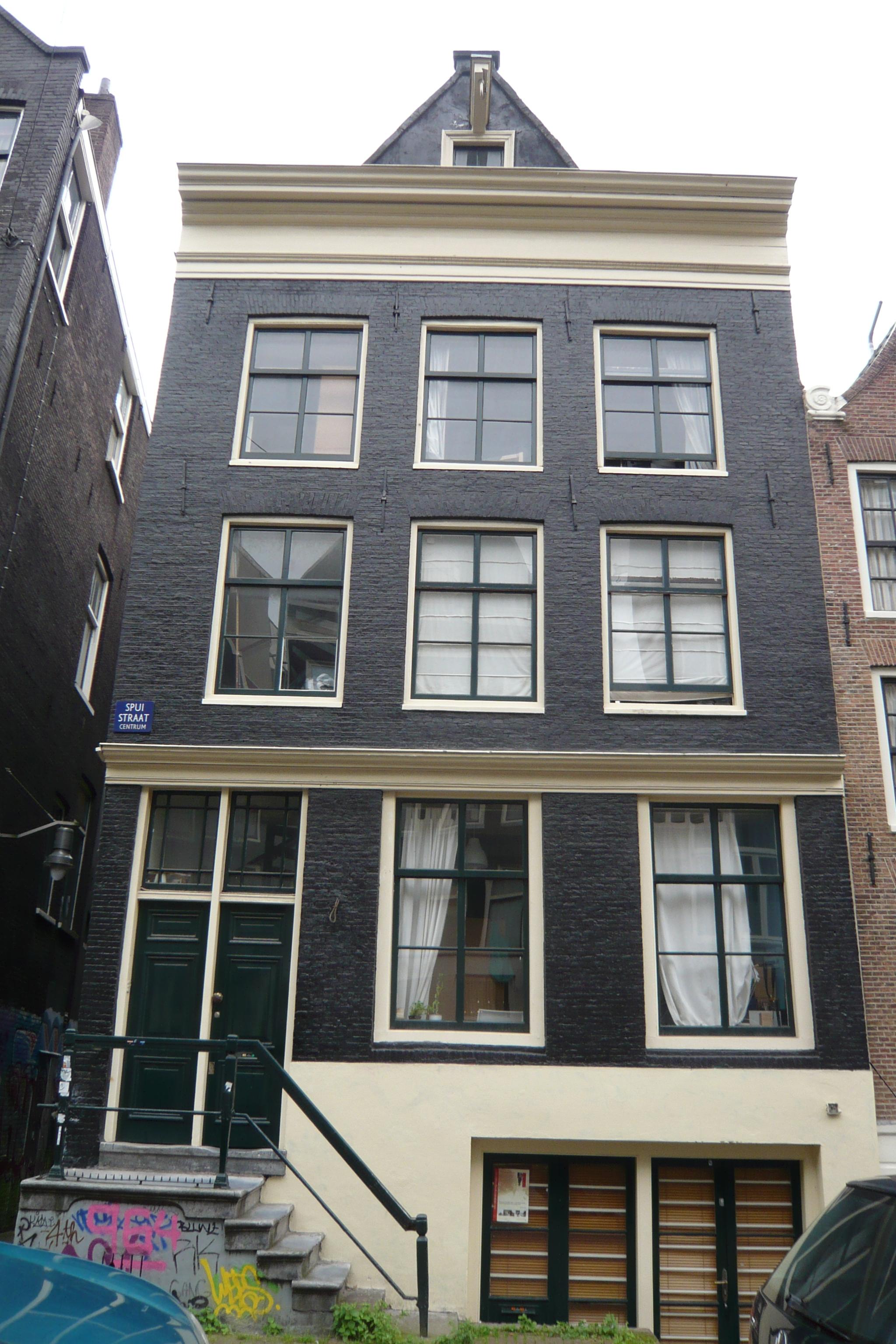Huis met gevel onder 19e eeuwse rechte lijst waarboven een for Lijst inrichting huis