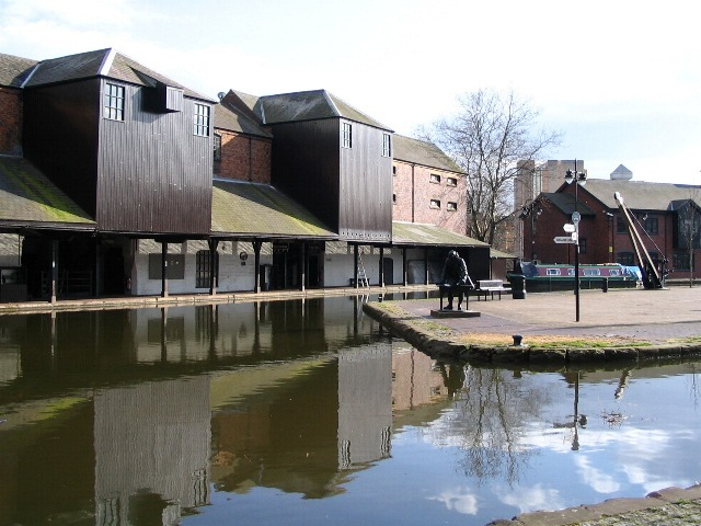 Warehouses, Coventry canal basin - geograph.org.uk - 372842
