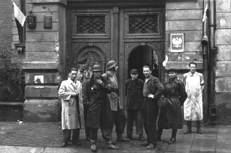 l'insurection de Varsovie Warsaw_Uprising_-_Insurgents_at_Kalmer_Factory