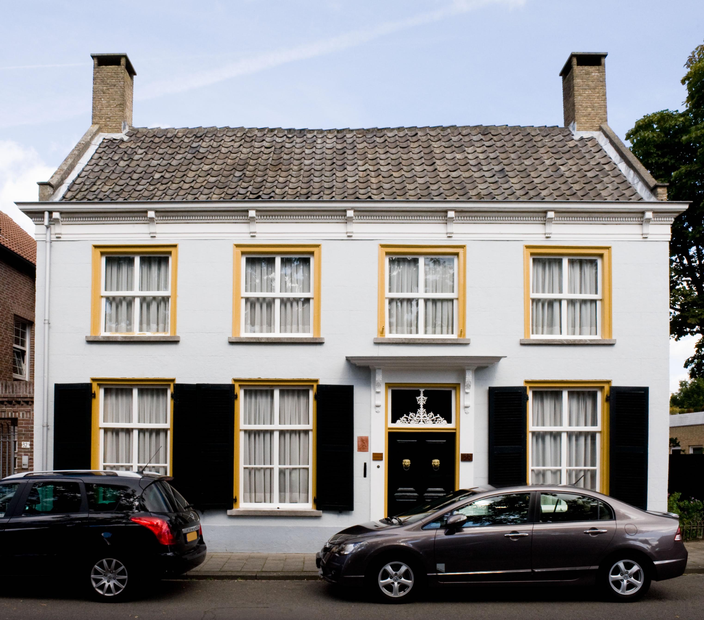 Huis met zadeldak en zijtopgevels met vlechtingen ingang met kroonlijst op voluutvormige - Huis ingang ...