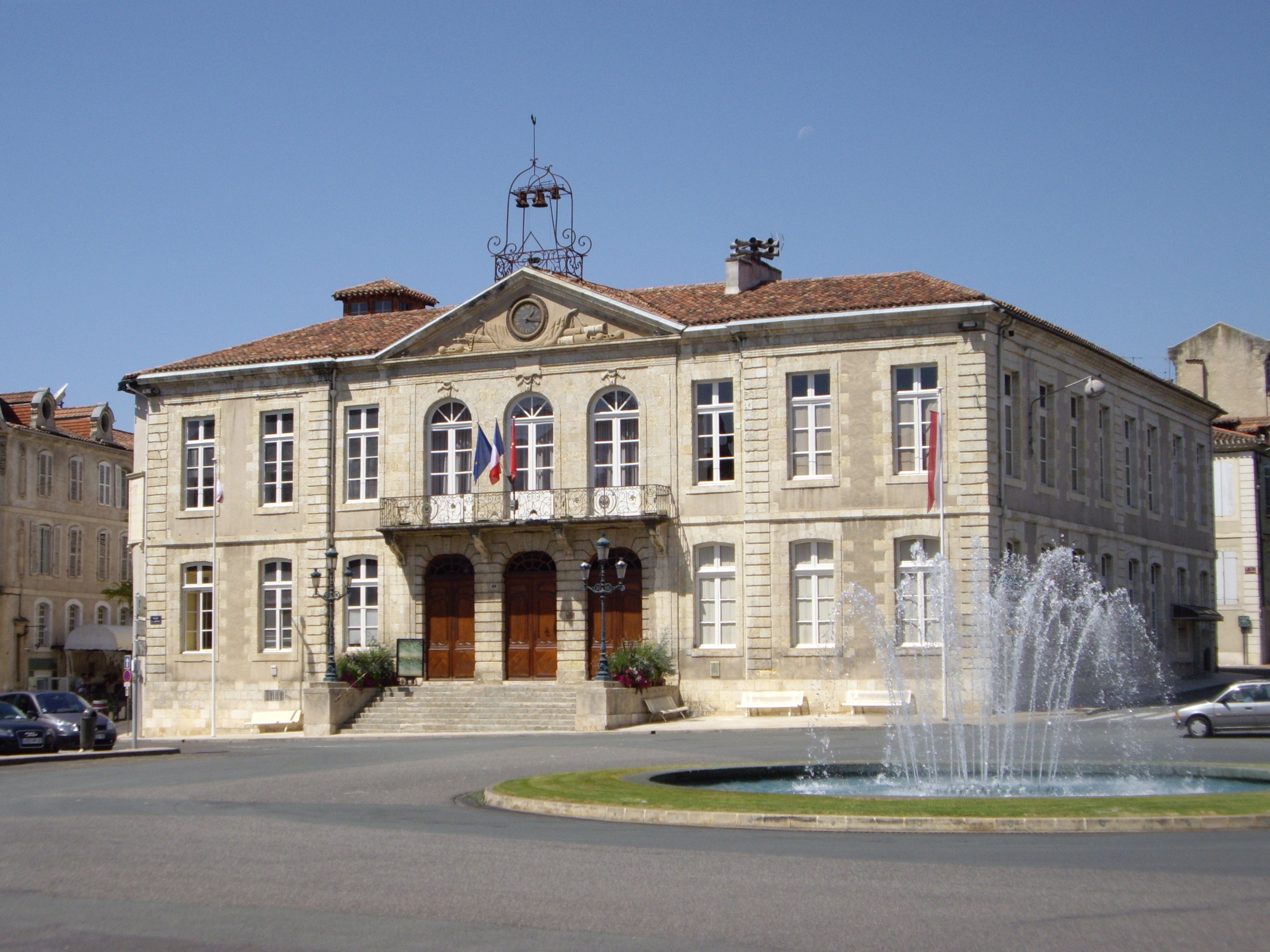 File auch town hall gers france jpg wikimedia commons for Hotel piscine gers