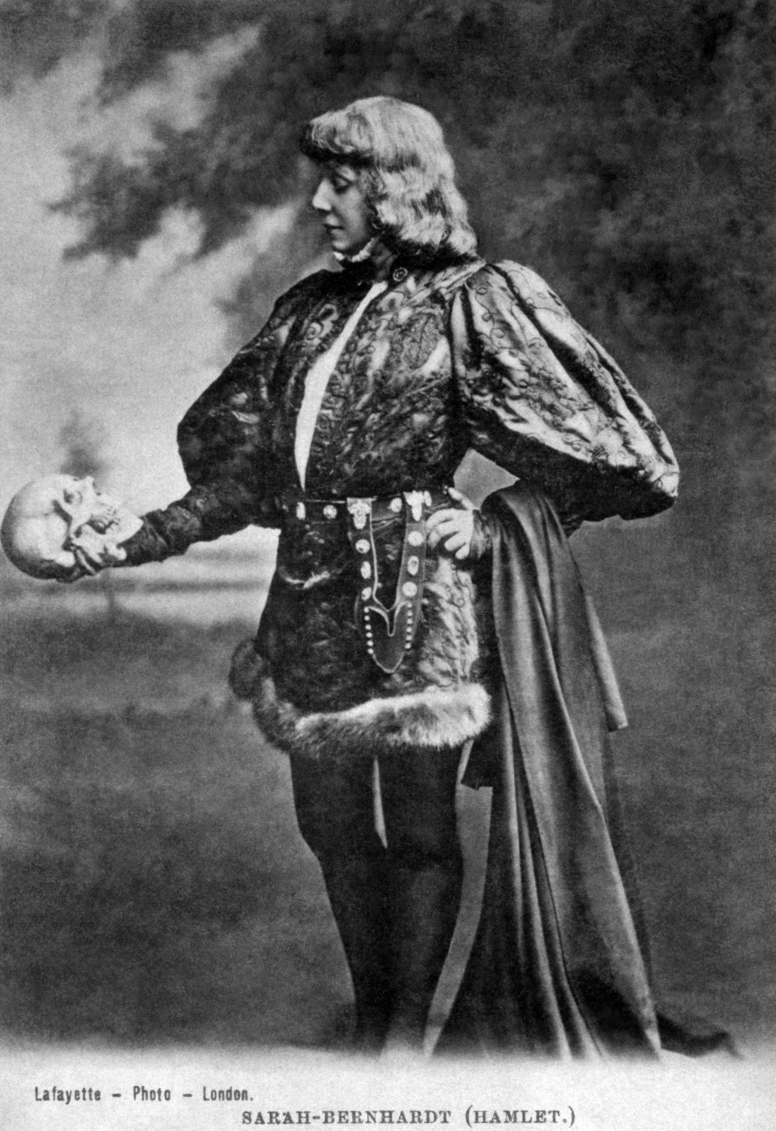 Sarah Bernhardt as Hamlet, with Yorick's skull (photographer: James Lafayette, c. 1885–1900).