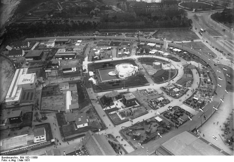 deutsche Bau-Ausstellung Bauausstellung 1931 Bundesarchiv, Bild 102-11669 / CC-BY-SA 3.0 [CC BY-SA 3.0 de (https://creativecommons.org/licenses/by-sa/3.0/de/deed.en)], via Wikimedia Commons