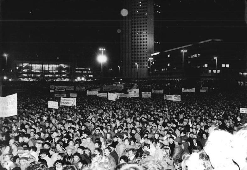 Bundesarchiv Bild 183-1989-1127-033, Leipzig, Montagsdemonstration.jpg