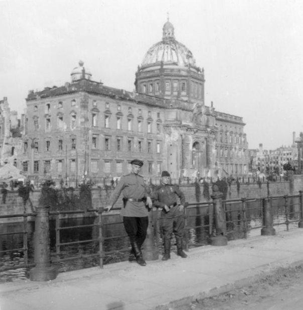 Bundesarchiv Bild 204-013, Berlin, Stadtschloss, sowjetische Soldaten.jpg