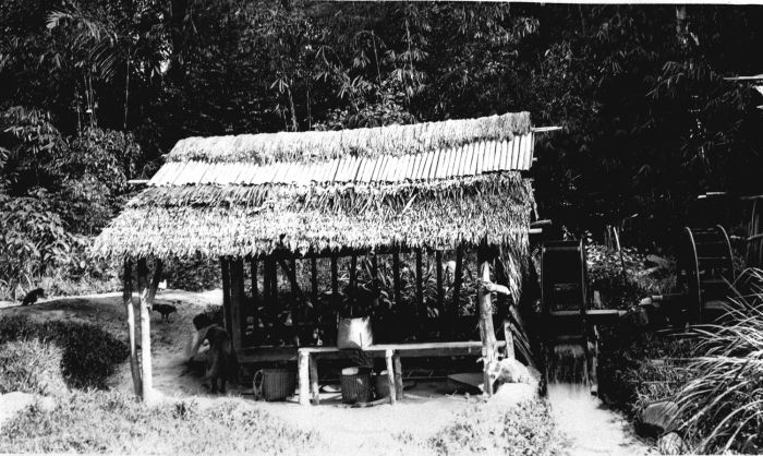 File:COLLECTIE TROPENMUSEUM Een rijststampmolen aangedreven door waterkracht TMnr 60014435.jpg