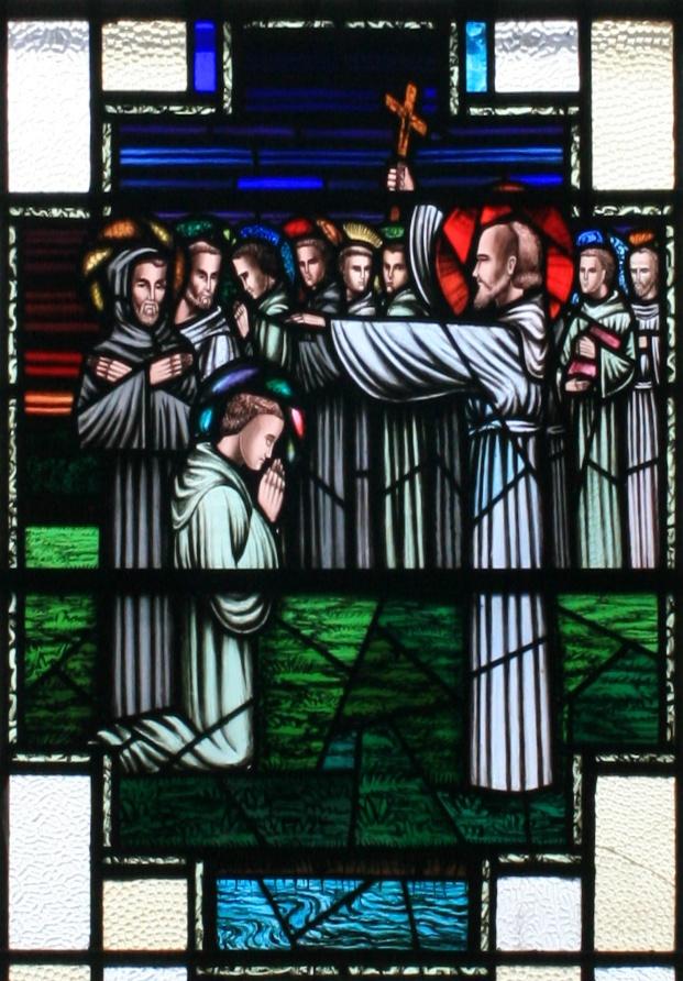 Den hellige Finnian gir sin velsignelse til Tolv apostler av Irland. Glassmaleri i kirken St. Finian i Clonard i Meath, laget av Hogan i 1957. Foto: Andreas F. Borchert