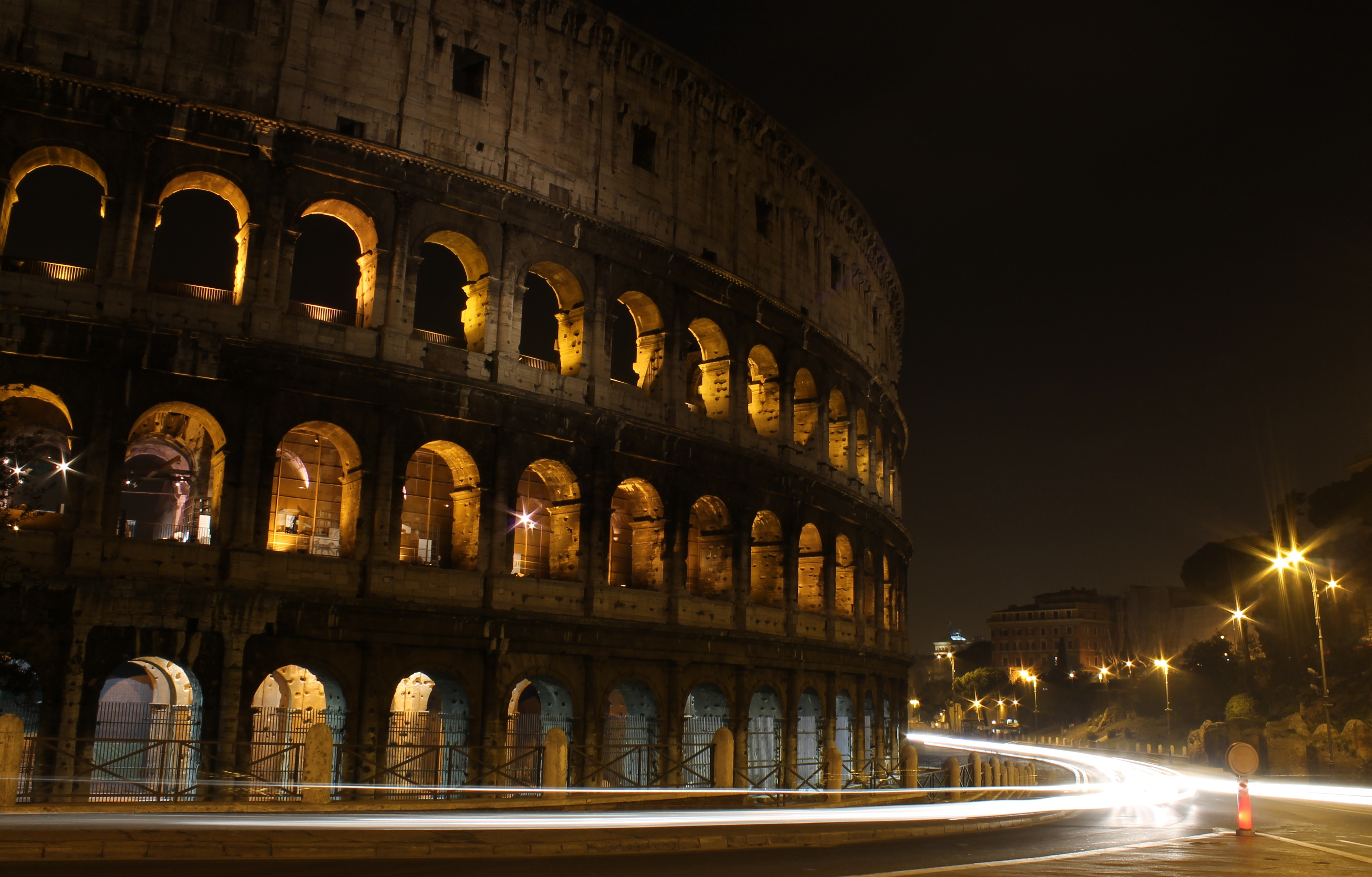 Wonderful Wallpaper Night Colosseum - Colosseum_at_night_with_motion_lights  HD.JPG