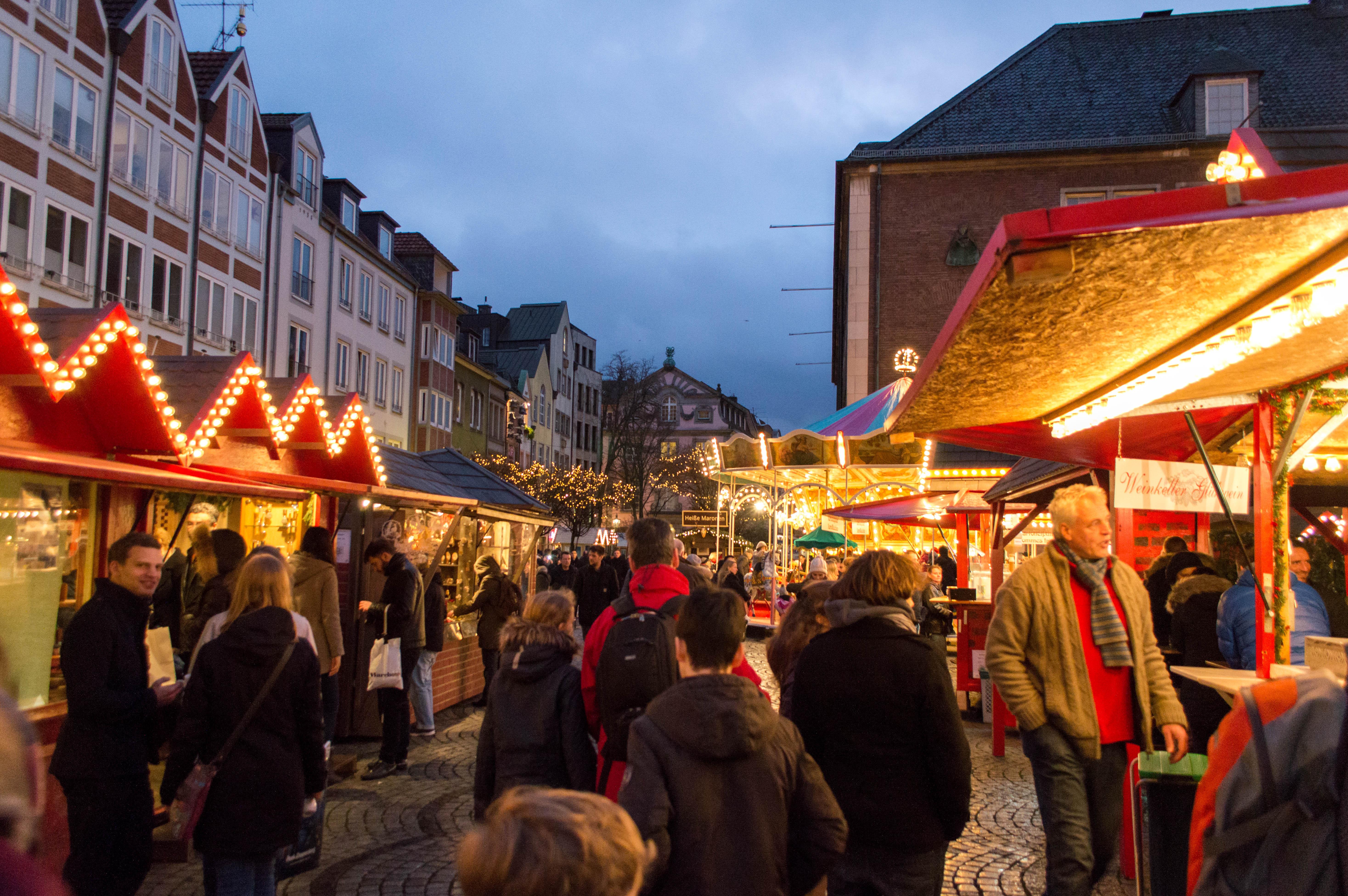 File:Düsseldorf christmas market at Marktplatz.jpg - Wikimedia Commons