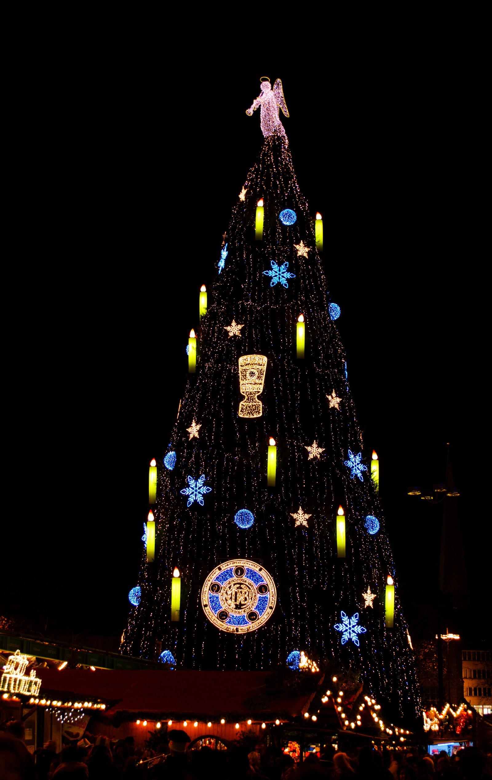 Weihnachtsbaum geschmückt mit Meisterschale und DFB-Pokal auf dem Dortmunder Weihnachtsmarkt 2012
