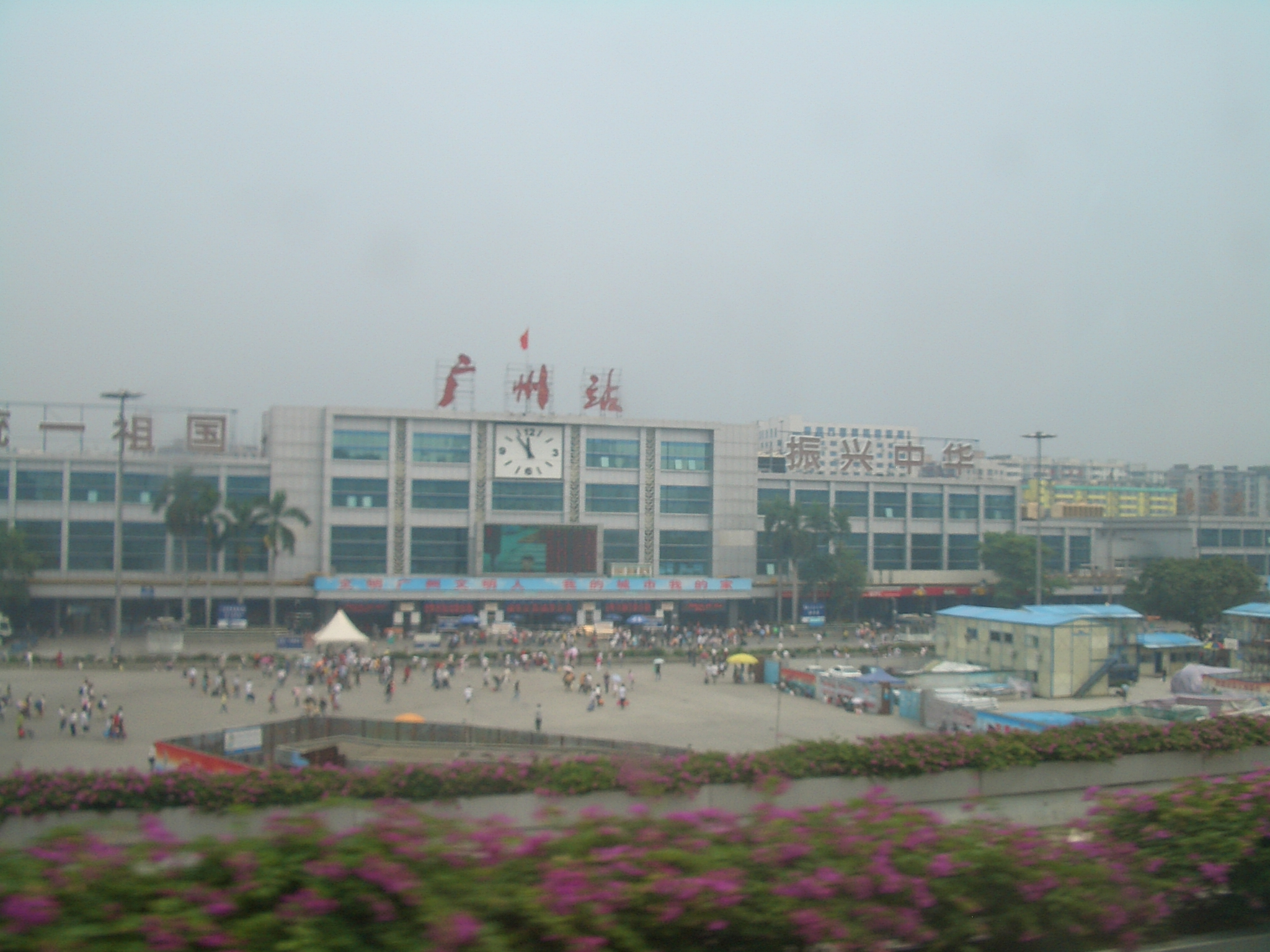 http://upload.wikimedia.org/wikipedia/commons/4/4e/Guangzhou-Main-Train-Station-0615.jpg