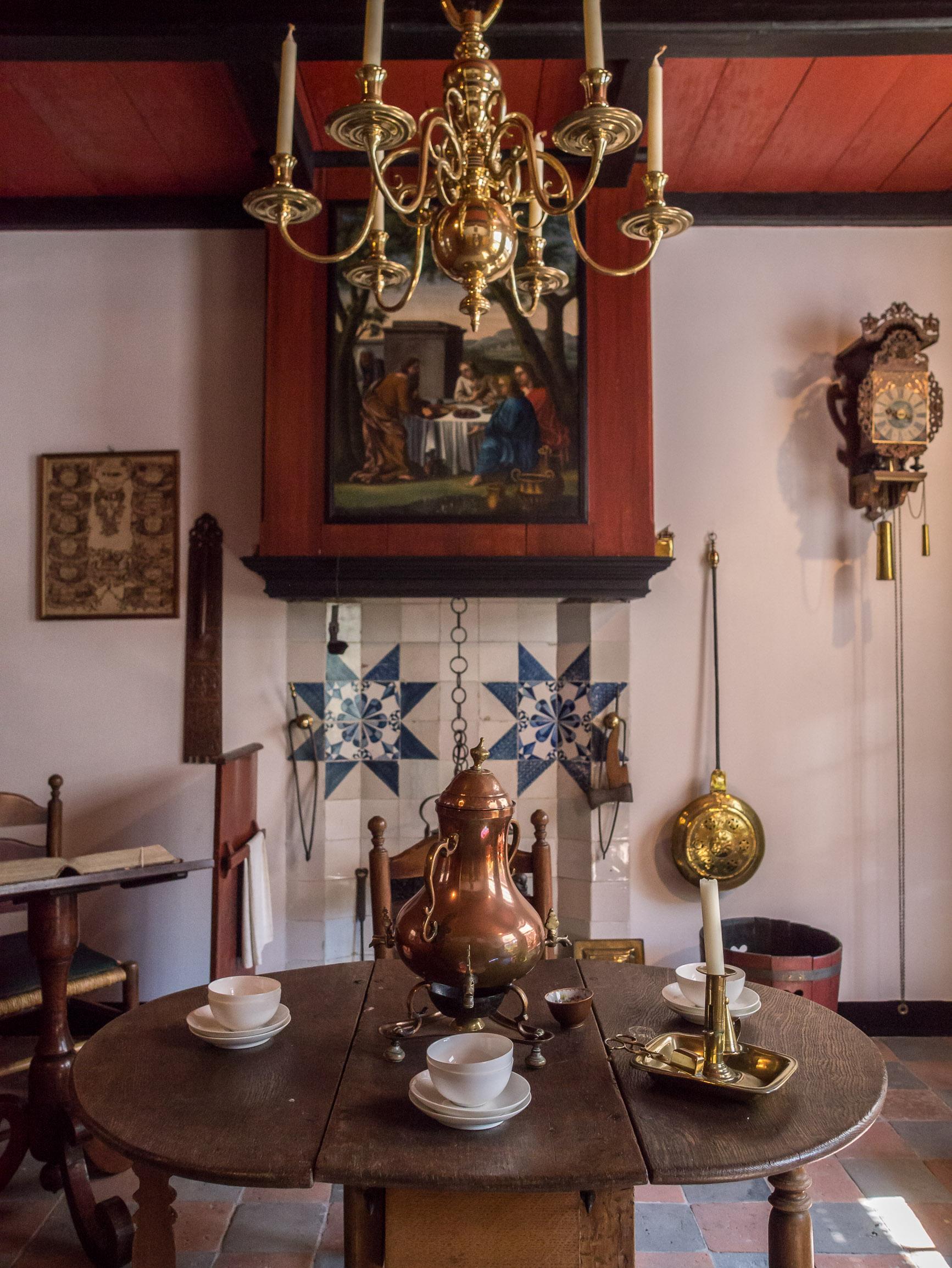 File:Het Hoogeland openluchtmuseum in Warffum, Oude woonkamer.jpg ...