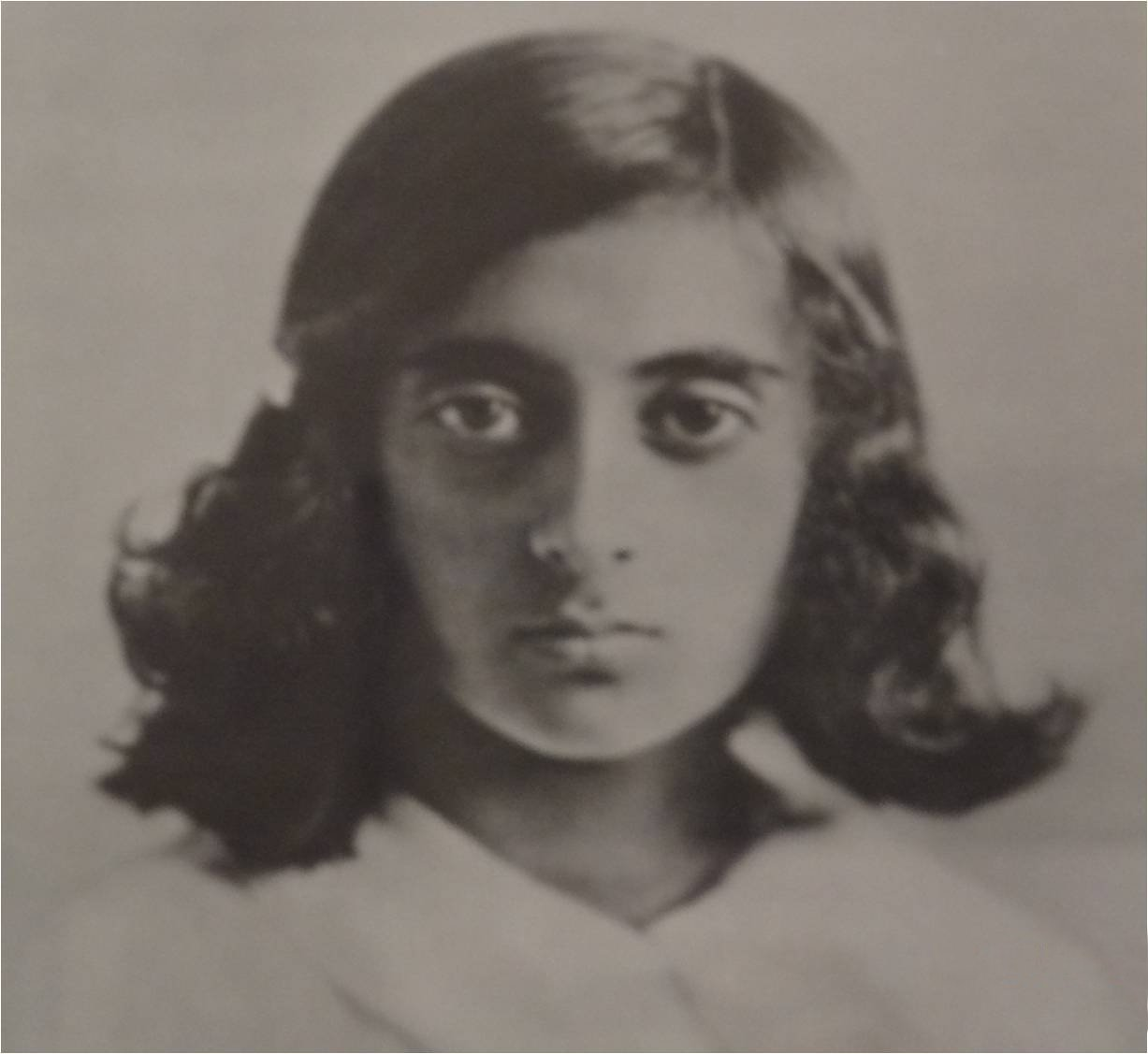 http://upload.wikimedia.org/wikipedia/commons/4/4e/IndiraGandhi-Young.jpg