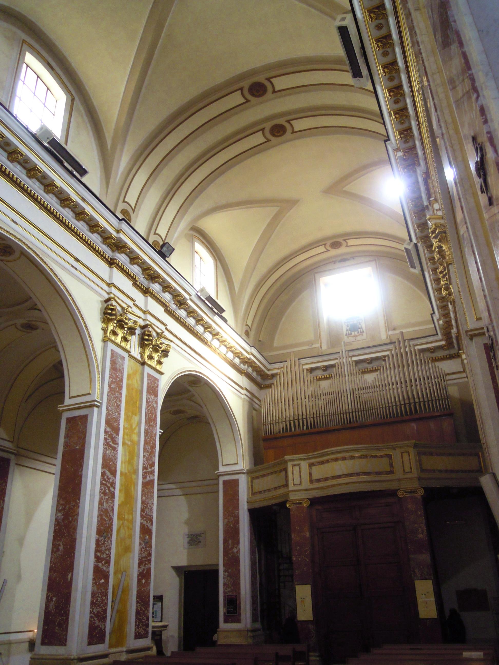 File isernia cattedrale di san pietro apostolo navata for Interno san pietro