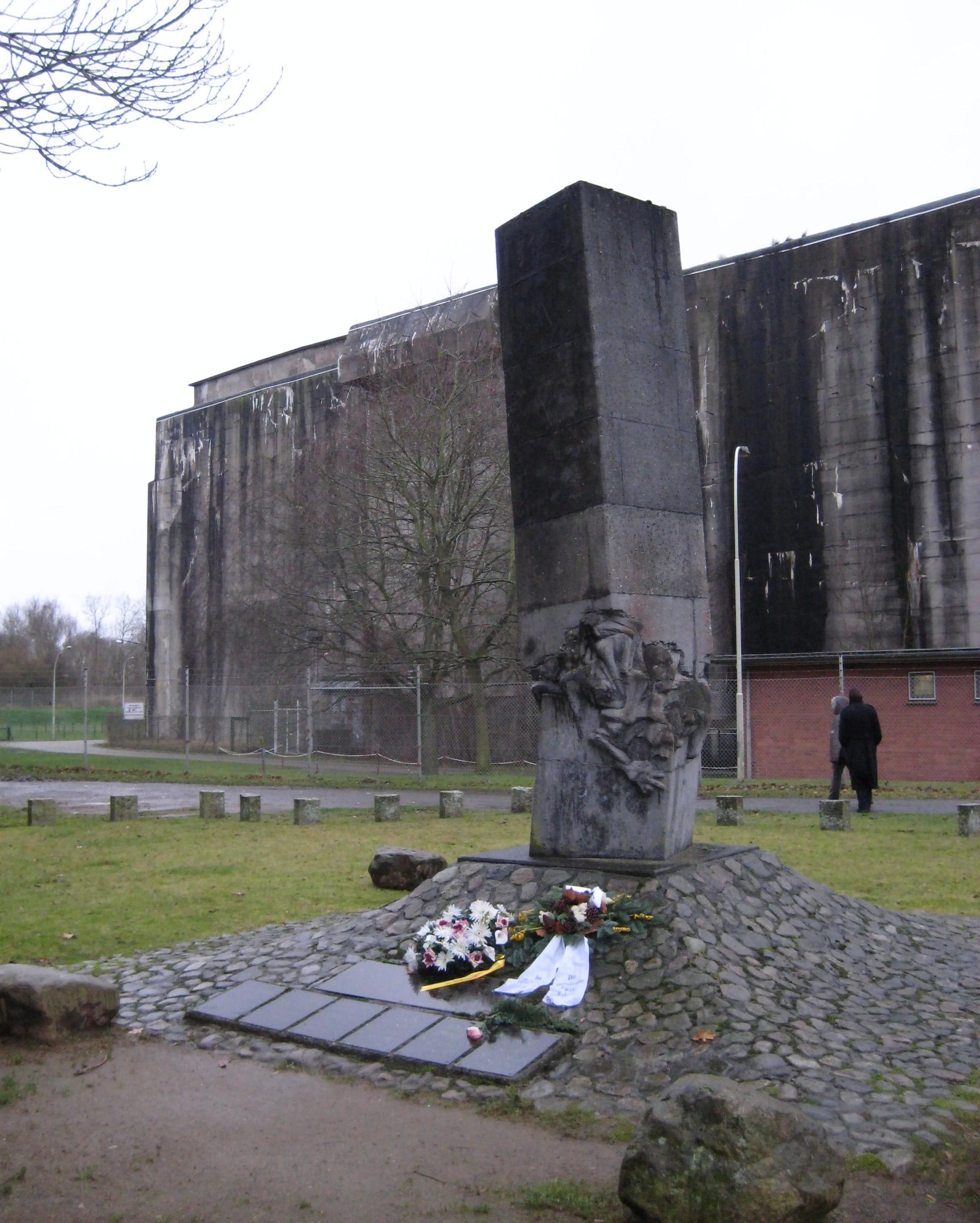 https://upload.wikimedia.org/wikipedia/commons/4/4e/Mahnmal-U-Boot-Bunker-Valentin-01.jpg