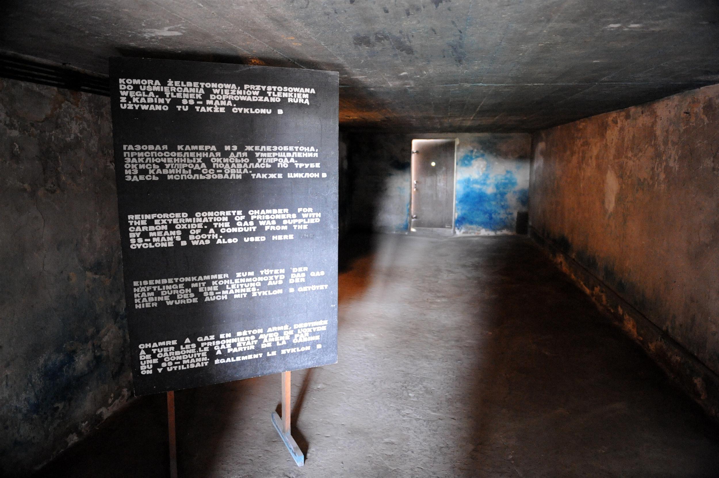[Image: Majdanek_Komora_Gazowa.JPG]