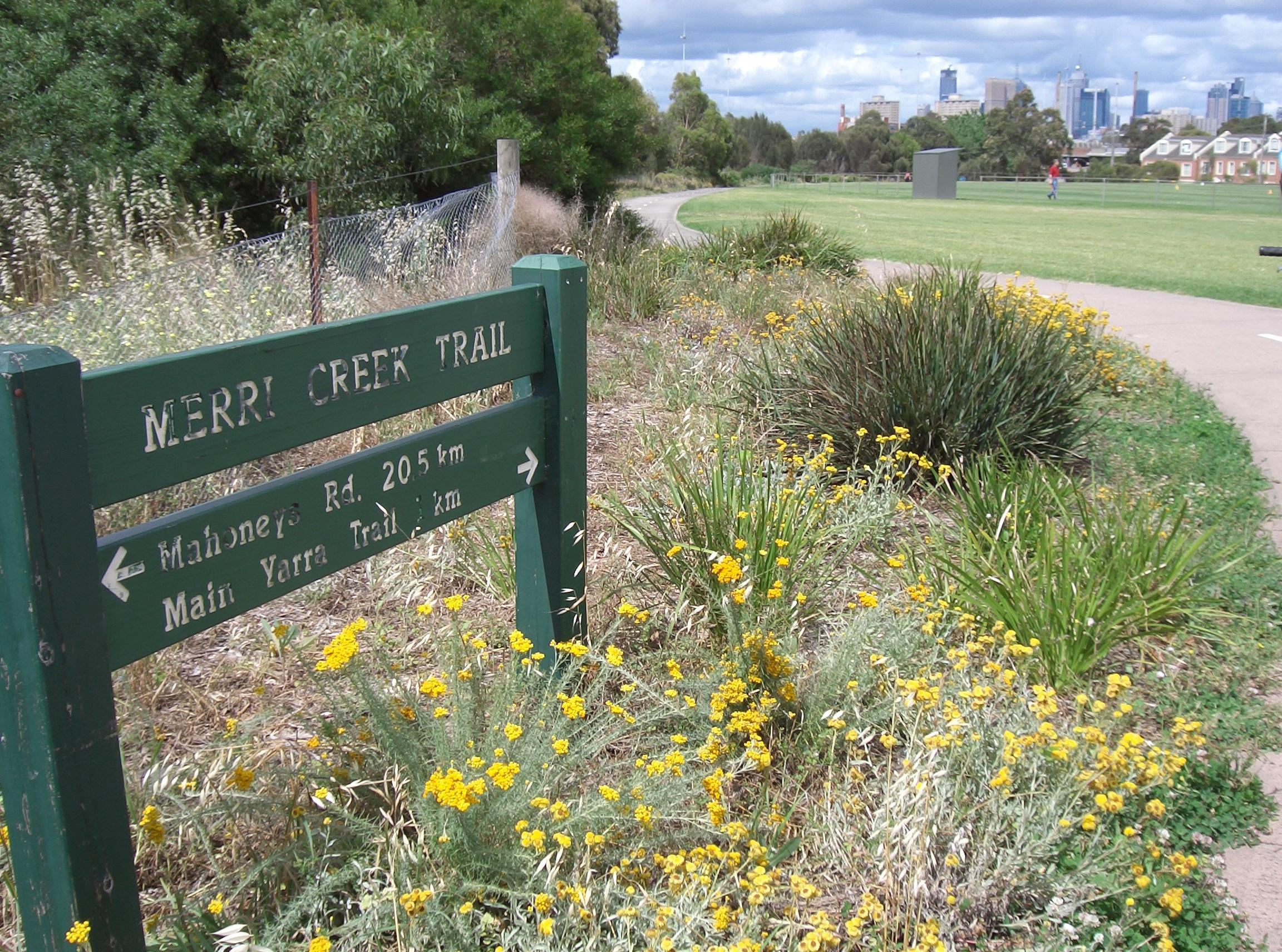 file merri creek trail sign and path jpg wikimedia commons. Black Bedroom Furniture Sets. Home Design Ideas