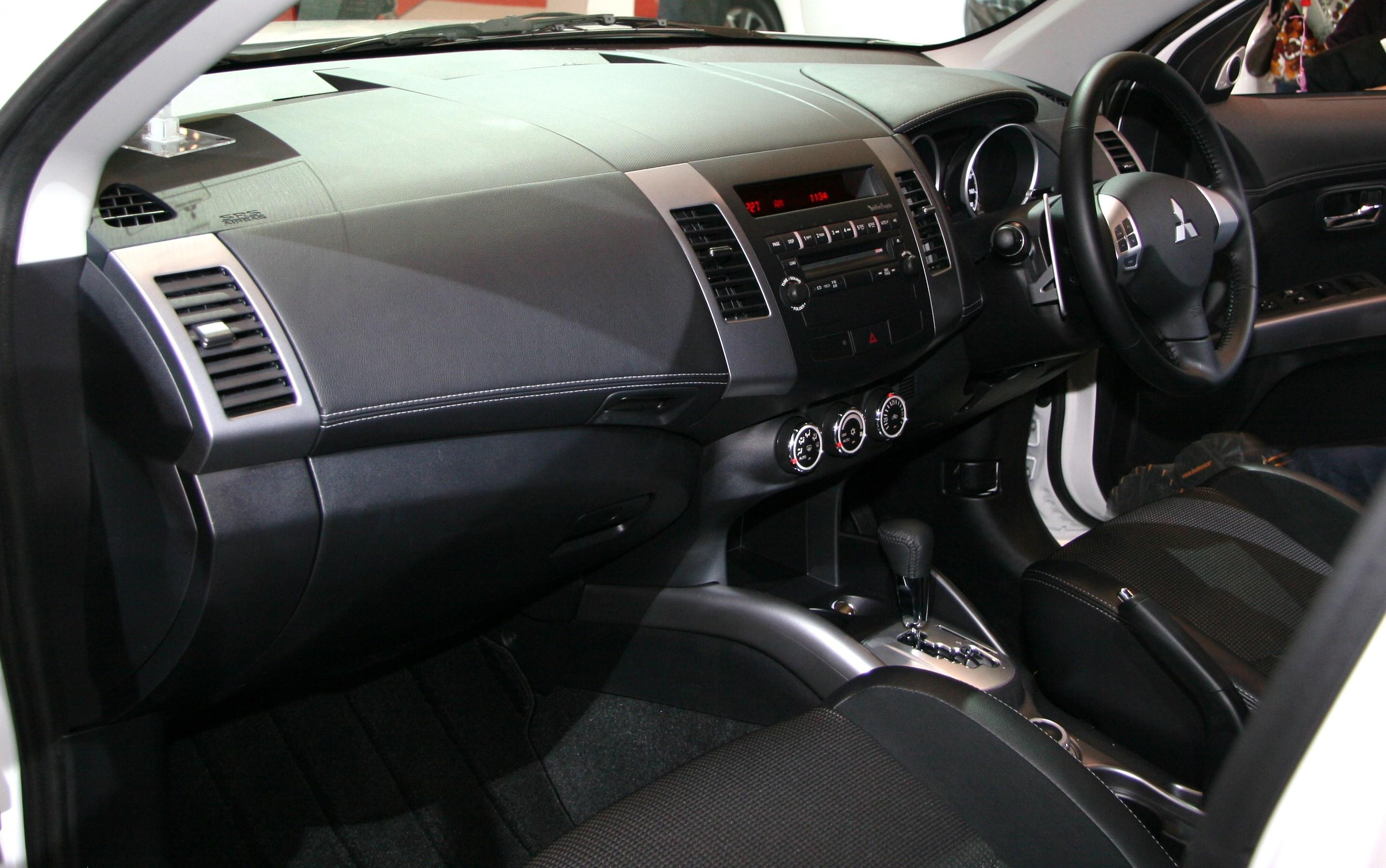 File:Mitsubishi Outlander Roadest Interior