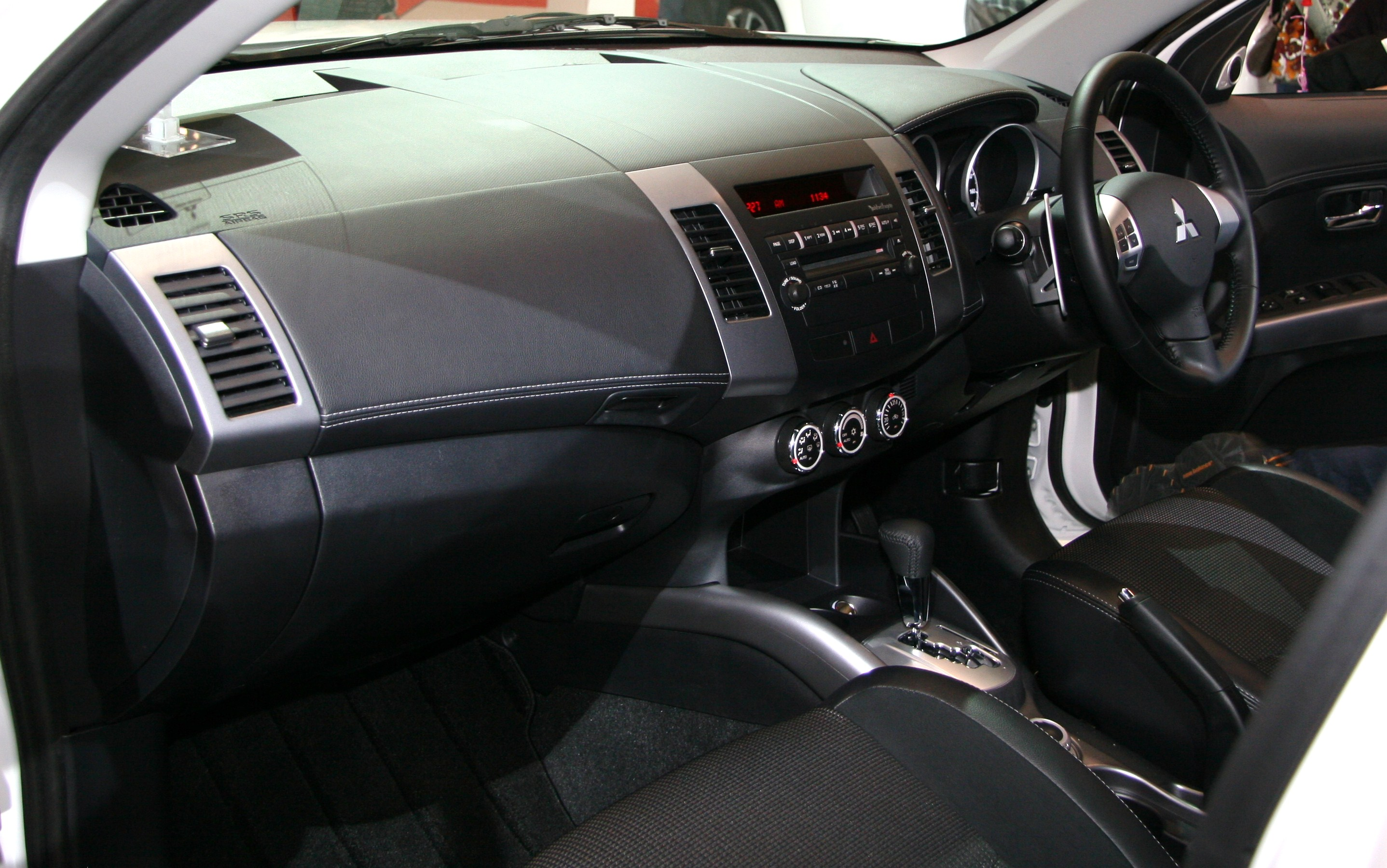 File:Mitsubishi Outlander Roadest interior.jpg - Wikimedia Commons