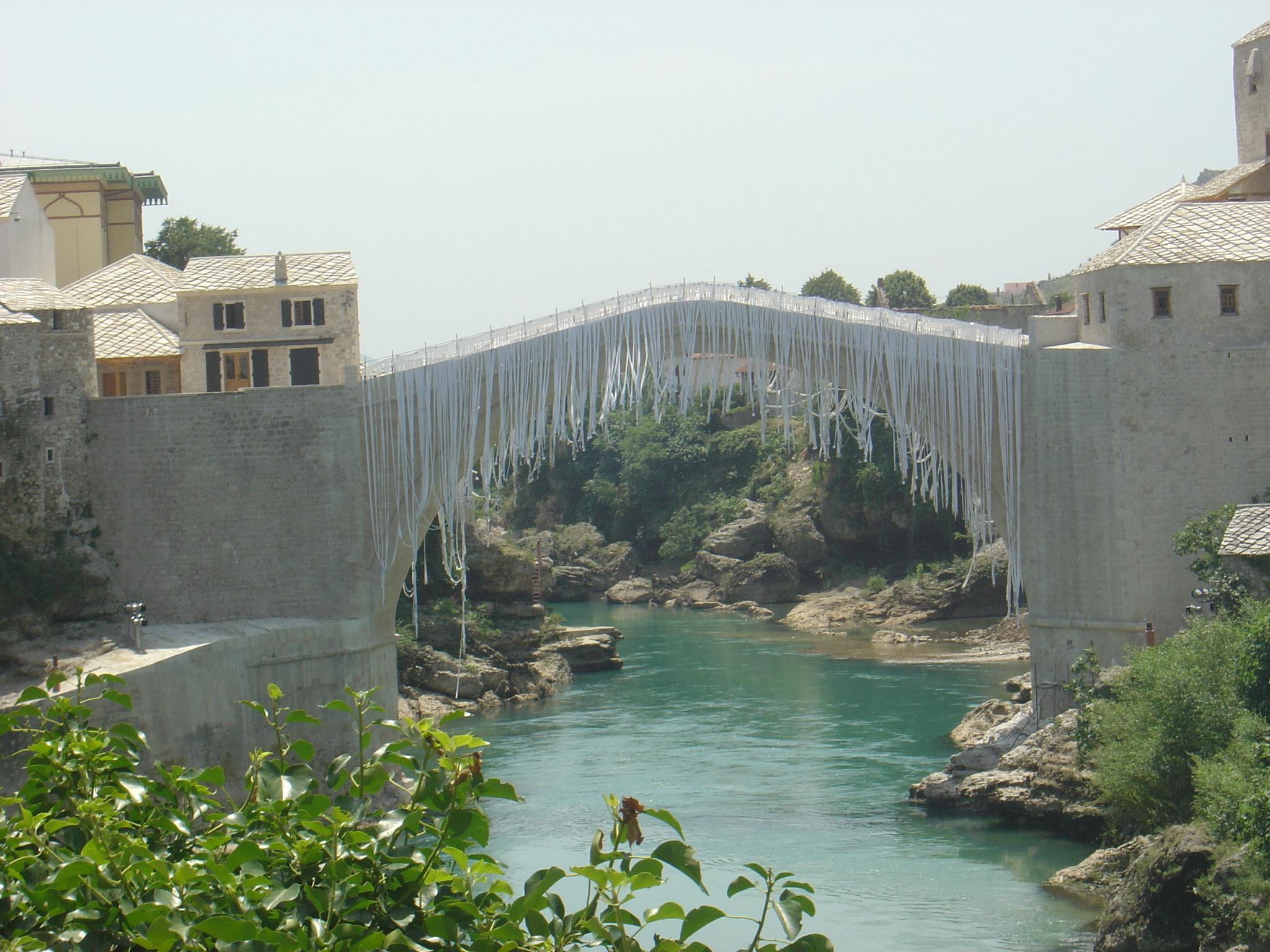 http://upload.wikimedia.org/wikipedia/commons/4/4e/Mostar_Stari_Most_Juni_2004.jpg