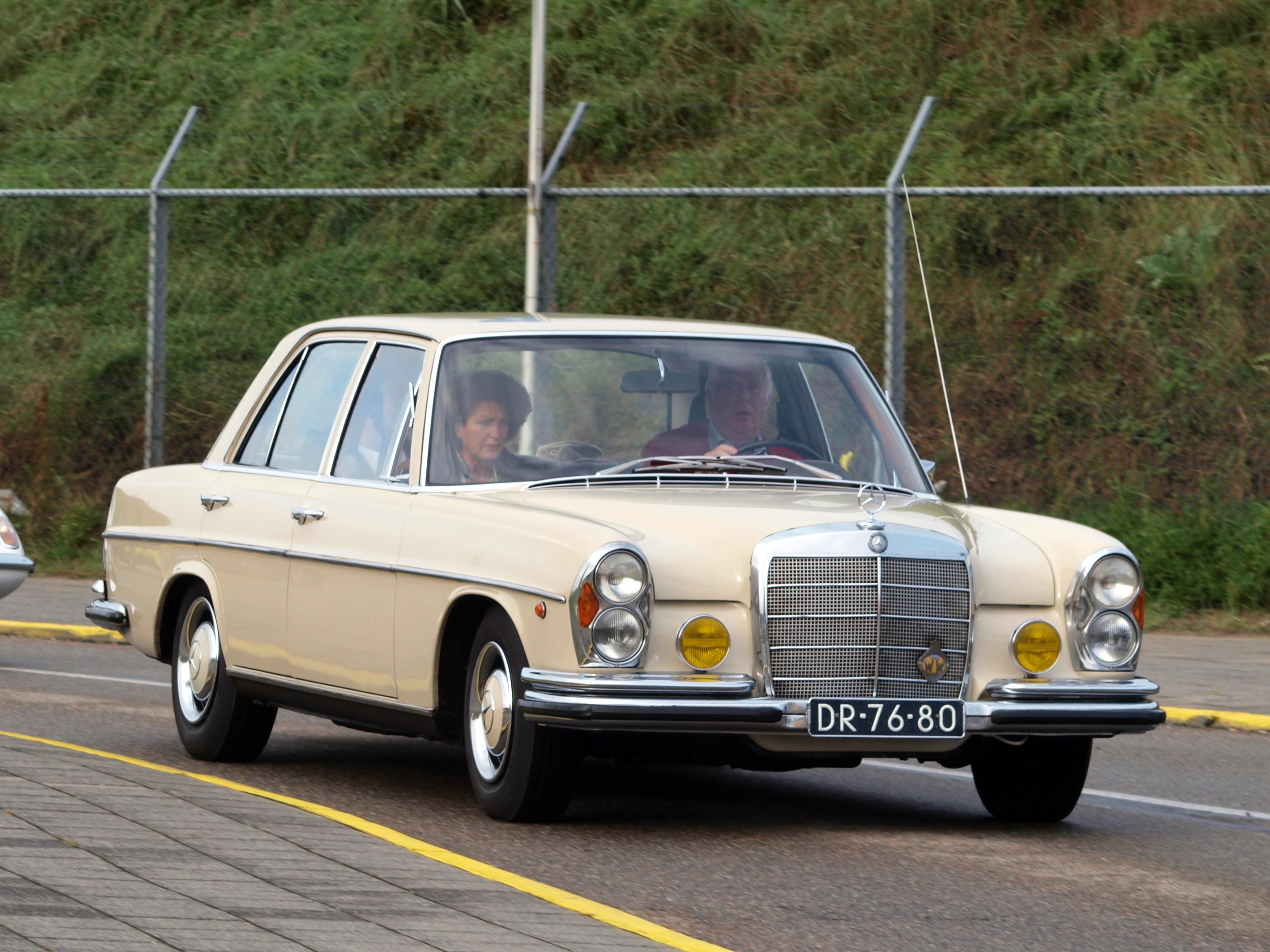 File nationale oldtimerdag zandvoort 2010 1966 mercedes for Mercedes benz 80s