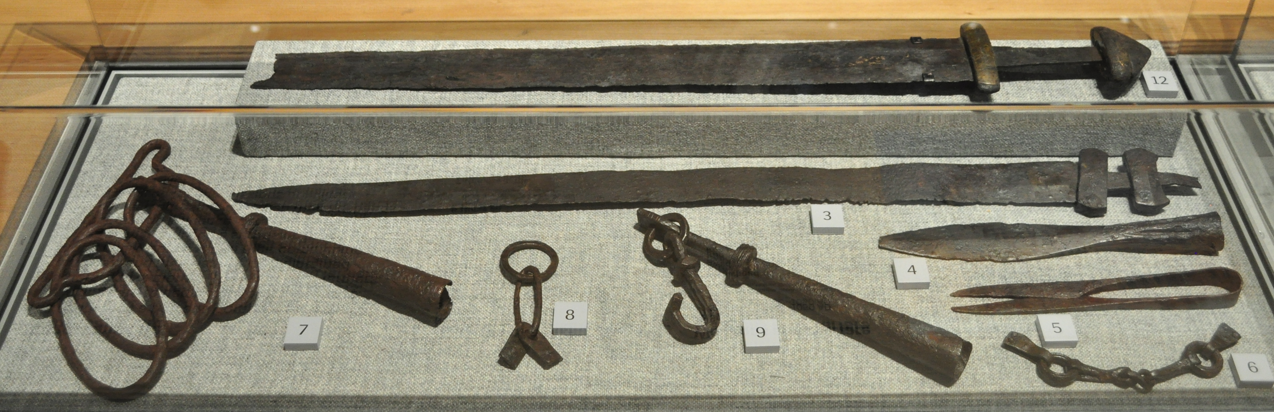 File Nordic Museum Contents Of A Viking Grave And Other Warfare Related Items 03 Jpg Wikimedia Commons