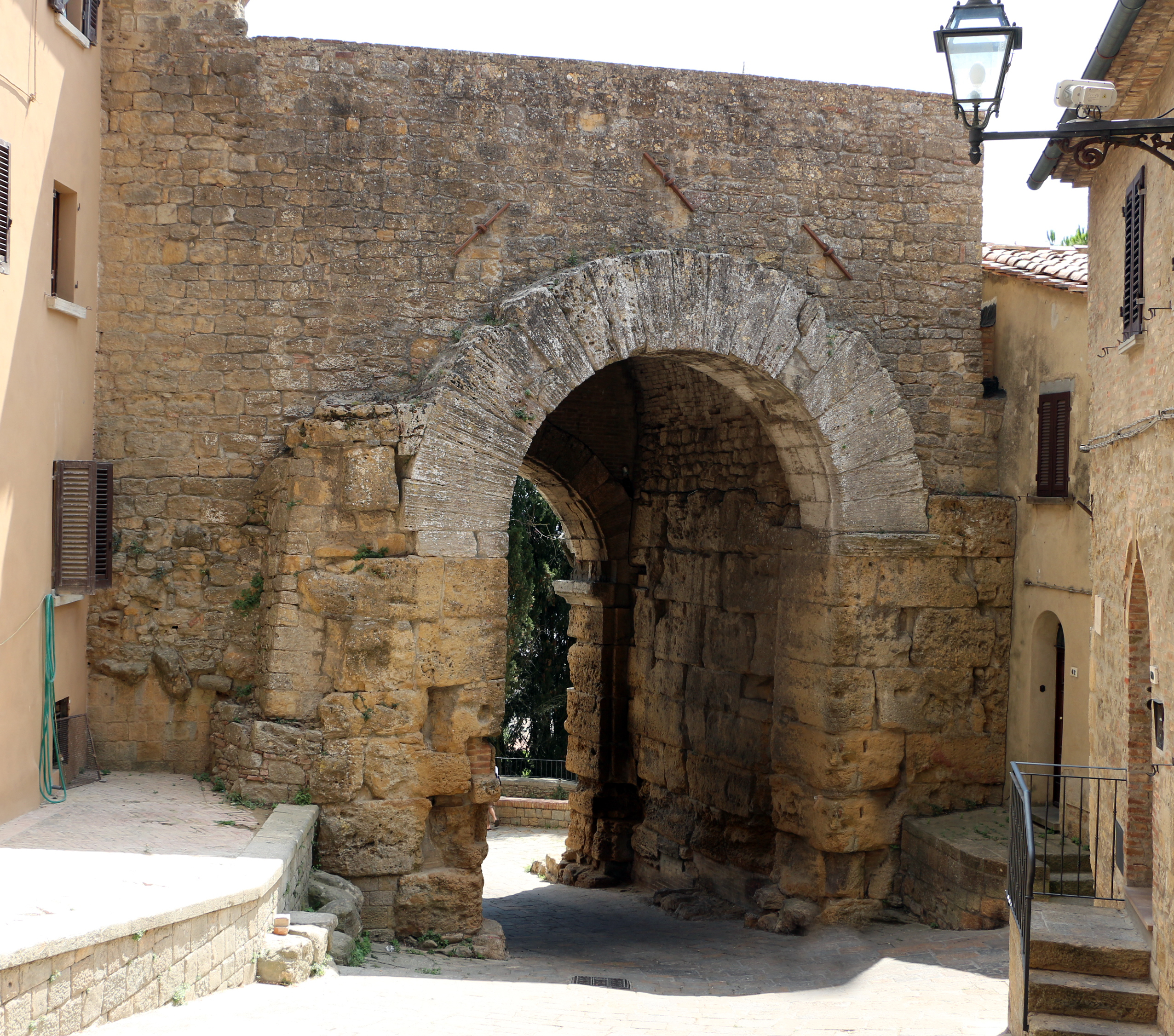 Porta all'Arco (Volterra) 06.JPG