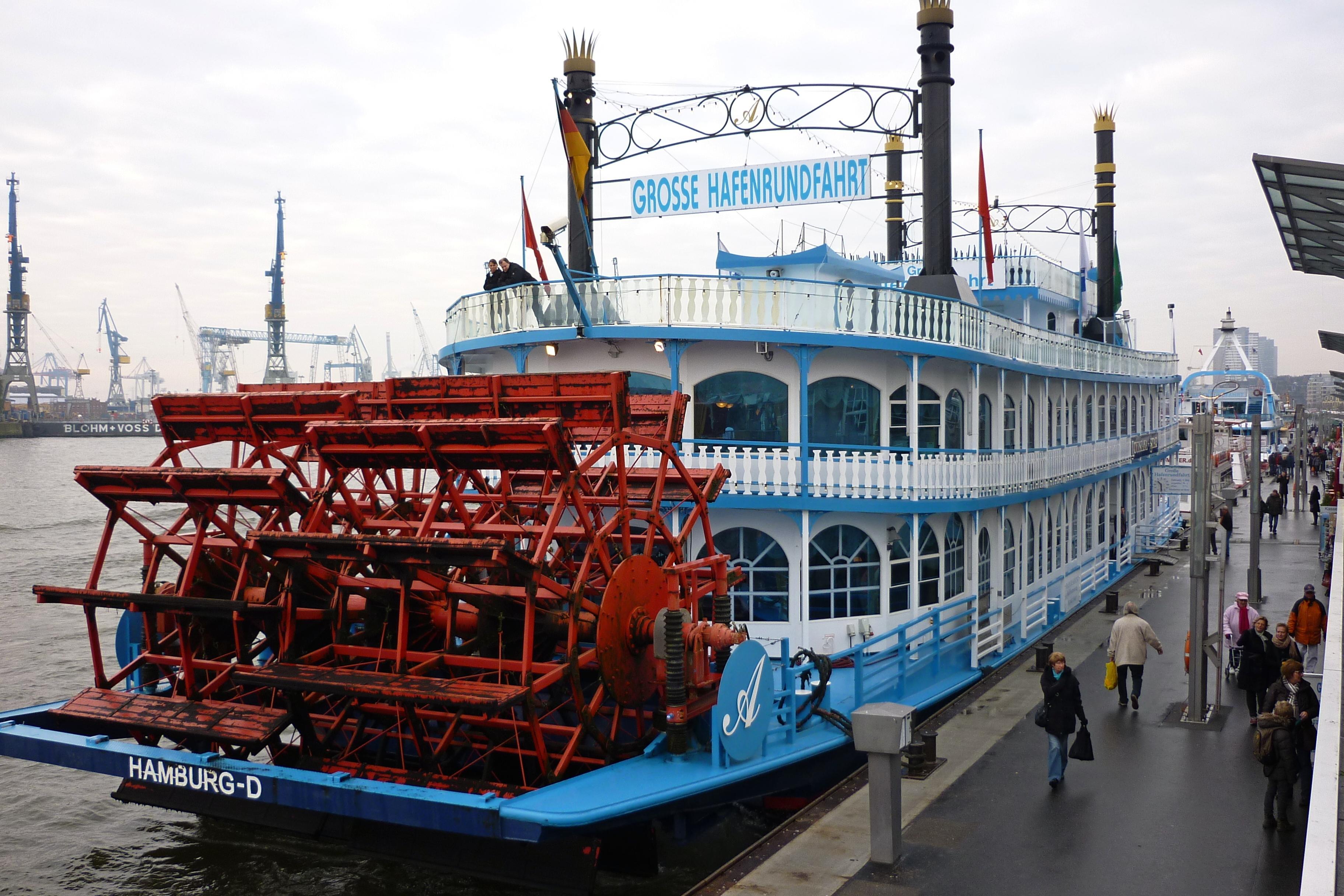 Motorschiff im Design eines Raddampfers im Hamburger Hafen