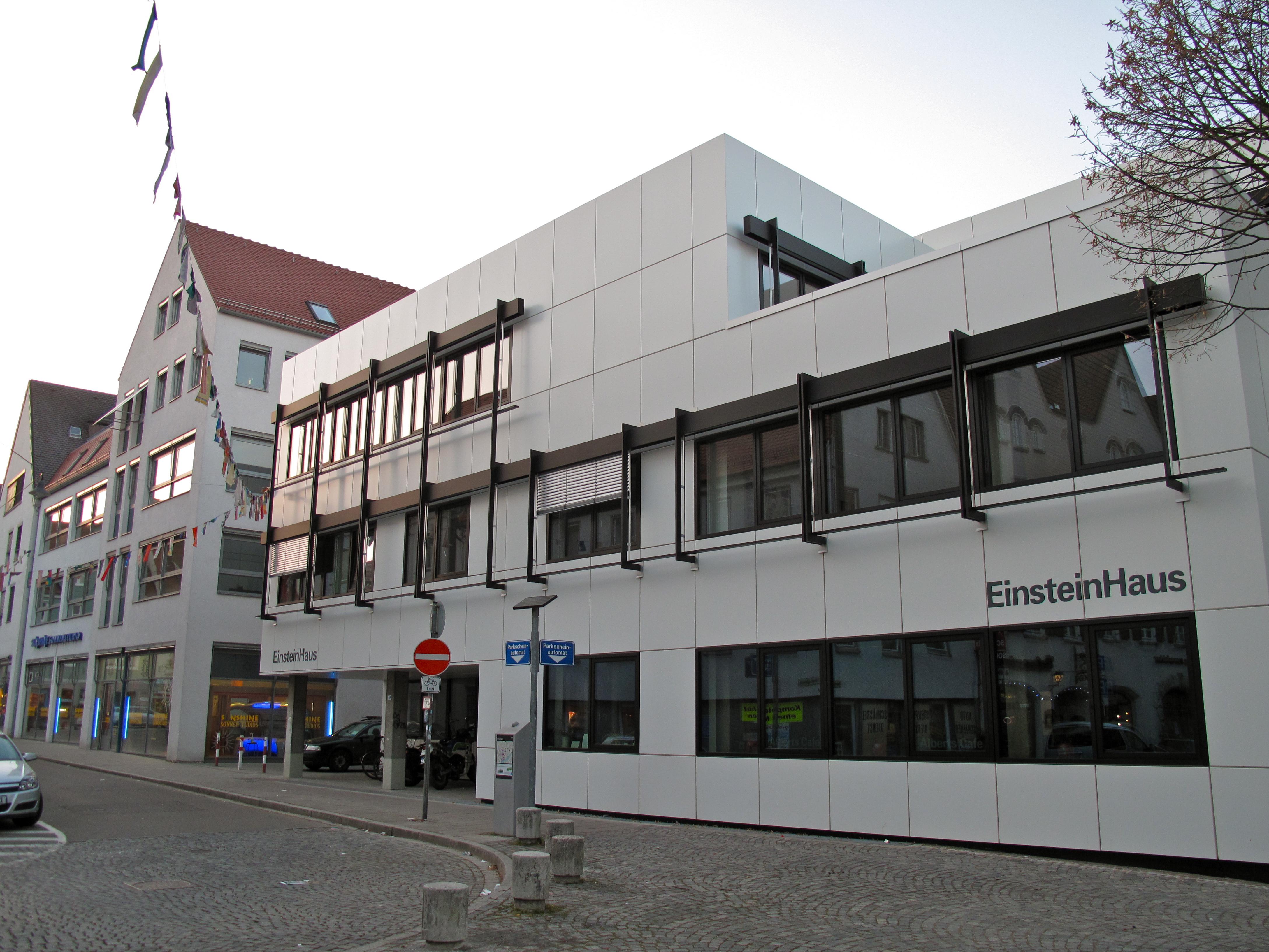 Datei:Ulmer Volkshochschule Einsteinhaus rechts und Anbau ...