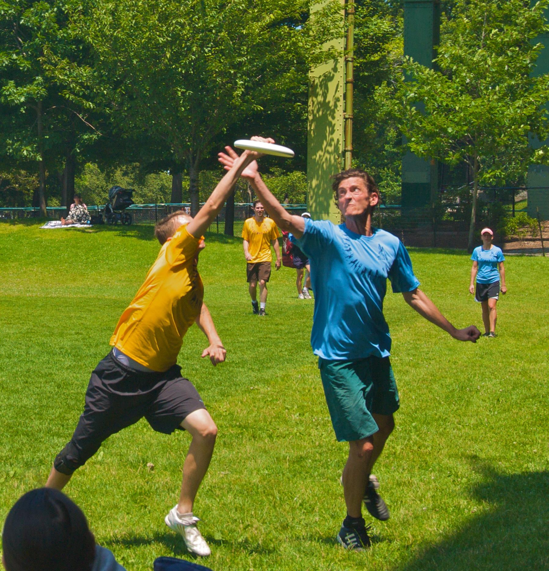 File:Ultimate frisbee, Jul 2009 - 27.jpg - Wikimedia Commons