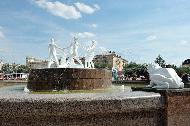 Современный фонтан Дети и Крокодил