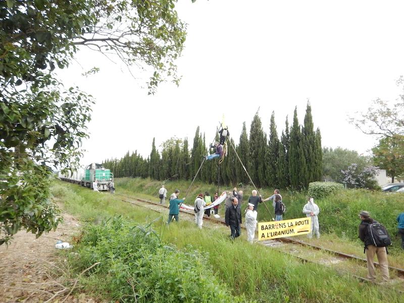 """File:Blocage d'un train de l'usine Areva Malvési par """"Stop Uranium"""" à Narbonne.jpg"""