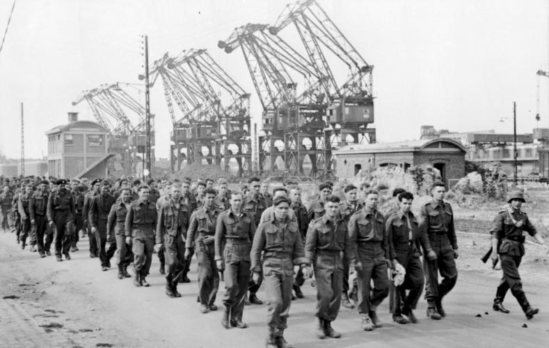 """opération """"Jubilee"""" Bundesarchiv_Bild_101I-291-1229-05%2C_Dieppe%2C_Landungsversuch%2C_alliierte_Kriegsgefangene"""