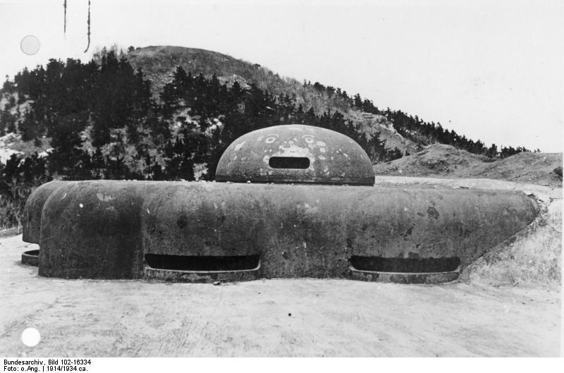 Bundesarchiv_Bild_102-16334%2C_Tsingtau%2C_Festung%2C_gepanzerter_Gesch%C3%BCtzturm.jpg