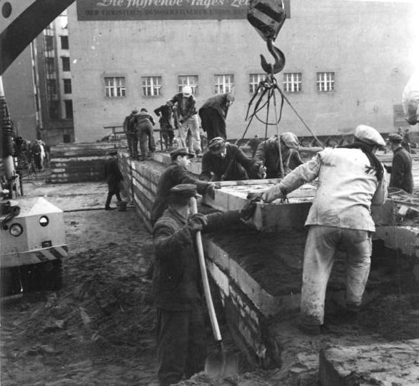 File:Bundesarchiv Bild 183-88574-0004, Berlin, Mauerbau, Bauarbeiten.jpg