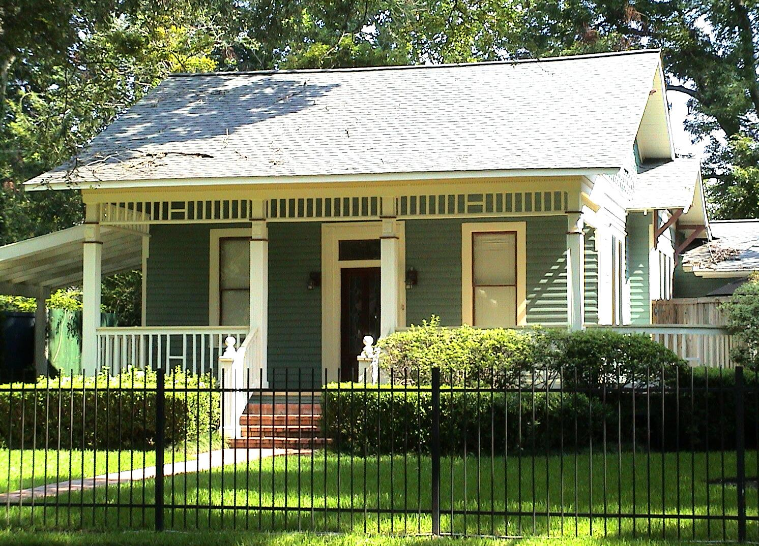 File bungalow houston jpg wikimedia commons for Small green home plans