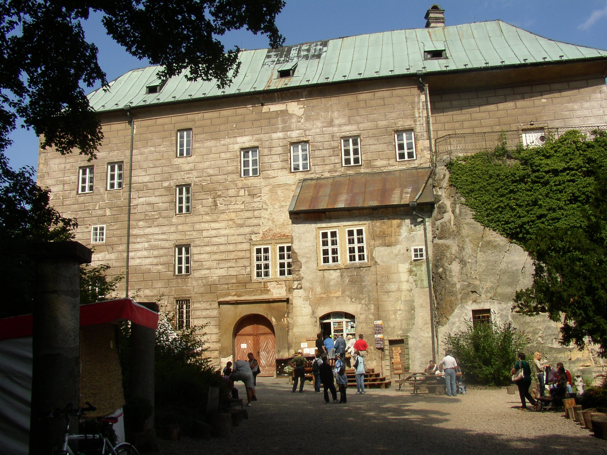 http://upload.wikimedia.org/wikipedia/commons/4/4f/Burg_Houska.jpg