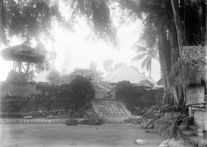 http://upload.wikimedia.org/wikipedia/commons/4/4f/COLLECTIE_TROPENMUSEUM_Ingestorte_bouwwerken_na_de_aardbeving_op_Bali_van_1917_TMnr_10004137.jpg
