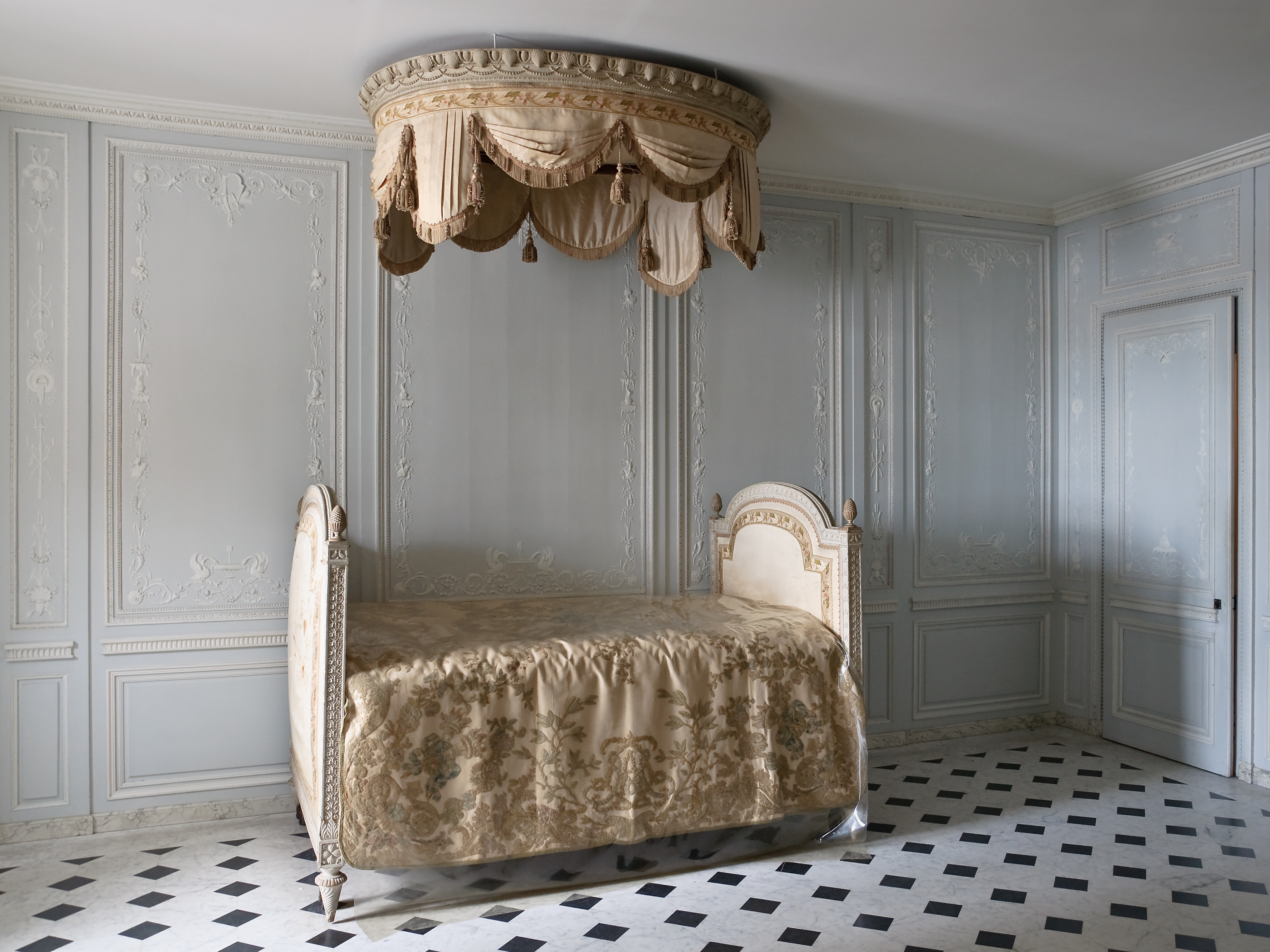 chaise longue xviii with L Art De Vivre A Versailles Au Xviii Siecle A108128640 on Chaise Longue Derecho Cholula Beige together with Me Tomo Cinco Minutos further Fundas De Sofa Chaise Longue Opta Por La  odidad in addition Glosario De Muebles together with Mesa Ovalada En Madera De Pitchpine.