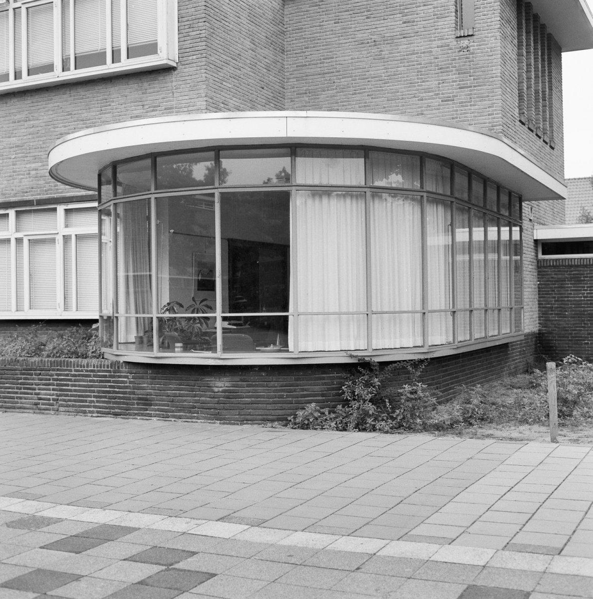 File detail gevel uitbouw met ronde glazen wand school for Glazen uitbouw
