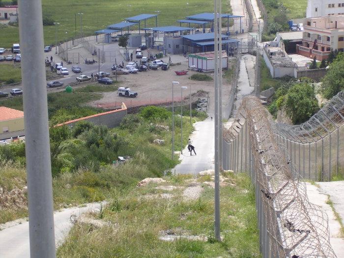 El paso fronterizo de Farjana en Melilla.jpg