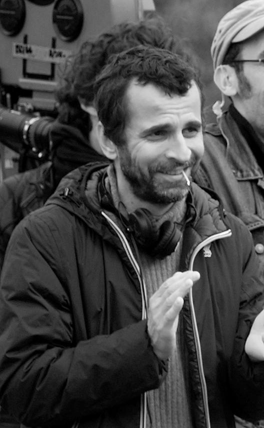 """Eric lartigau sur le tournage de """"L'homme qui voulait vivre sa vie"""" sur le port du Bono (Morbihan 56).   Photo : Wikimedia"""