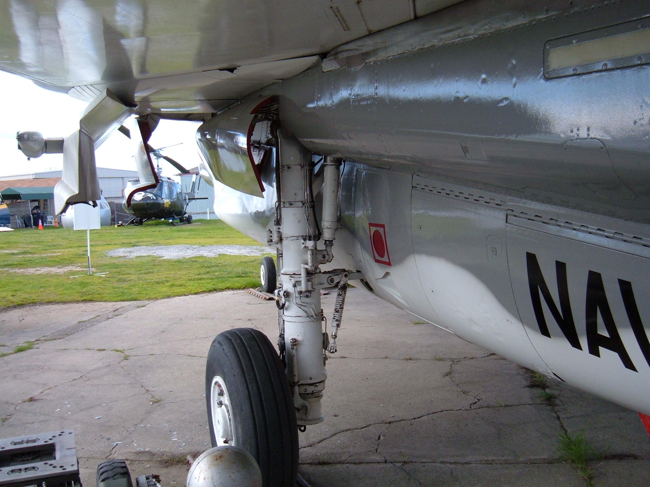 File:F-14A Tomcat rear landing gear 2.JPG - Wikimedia Commons