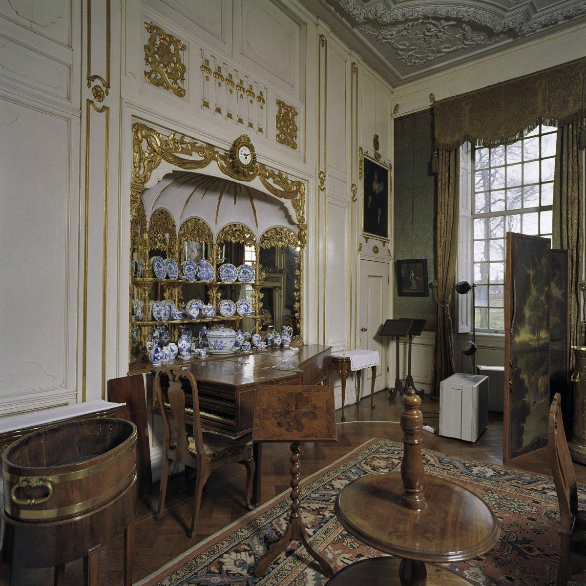 Description Interieur, eetkamer, open vitrinekast met serviesgoed en ...