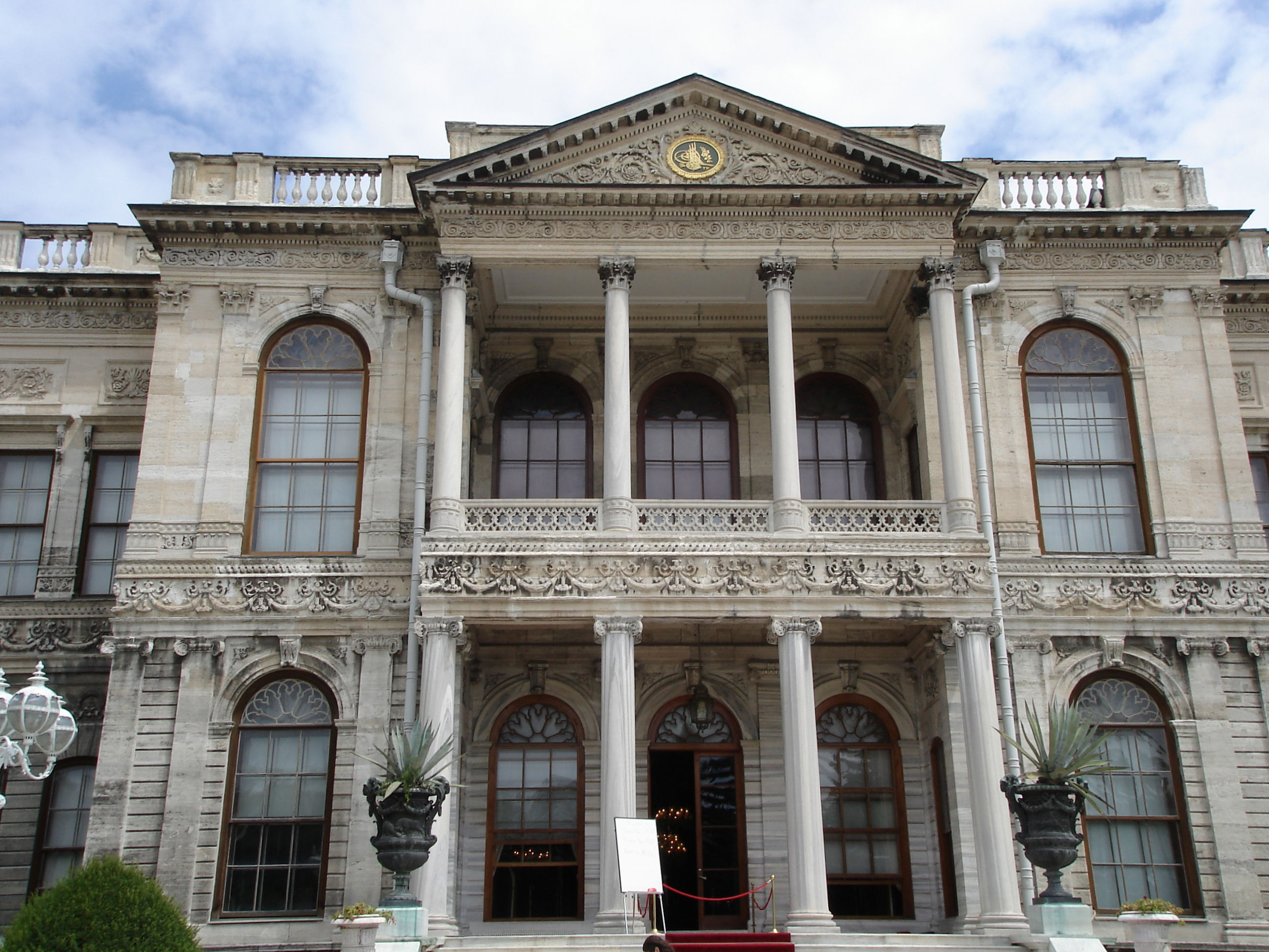 File:Istanbul Dolmabahce entrance.JPG