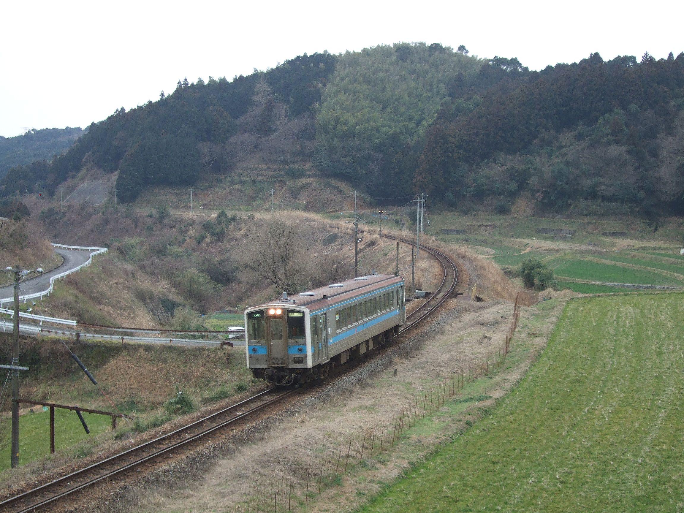 https://upload.wikimedia.org/wikipedia/commons/4/4f/JRKyushu_DMU_kiha31_at_Hiyamizu_pass.jpg