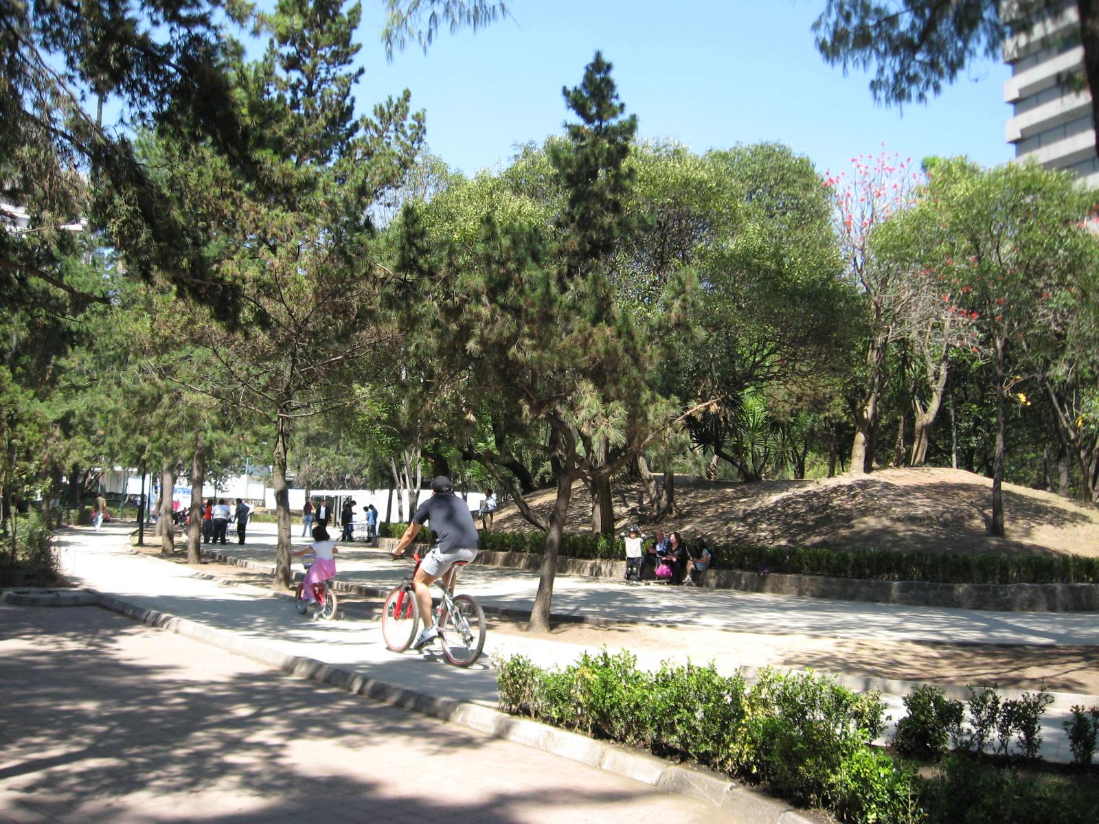 Personas paseando en bicicleta por el Parque Lincoln
