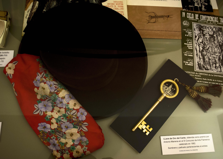 Llave de Oro del Cante y pañuelo y sombrero pertenecientes al artista.
