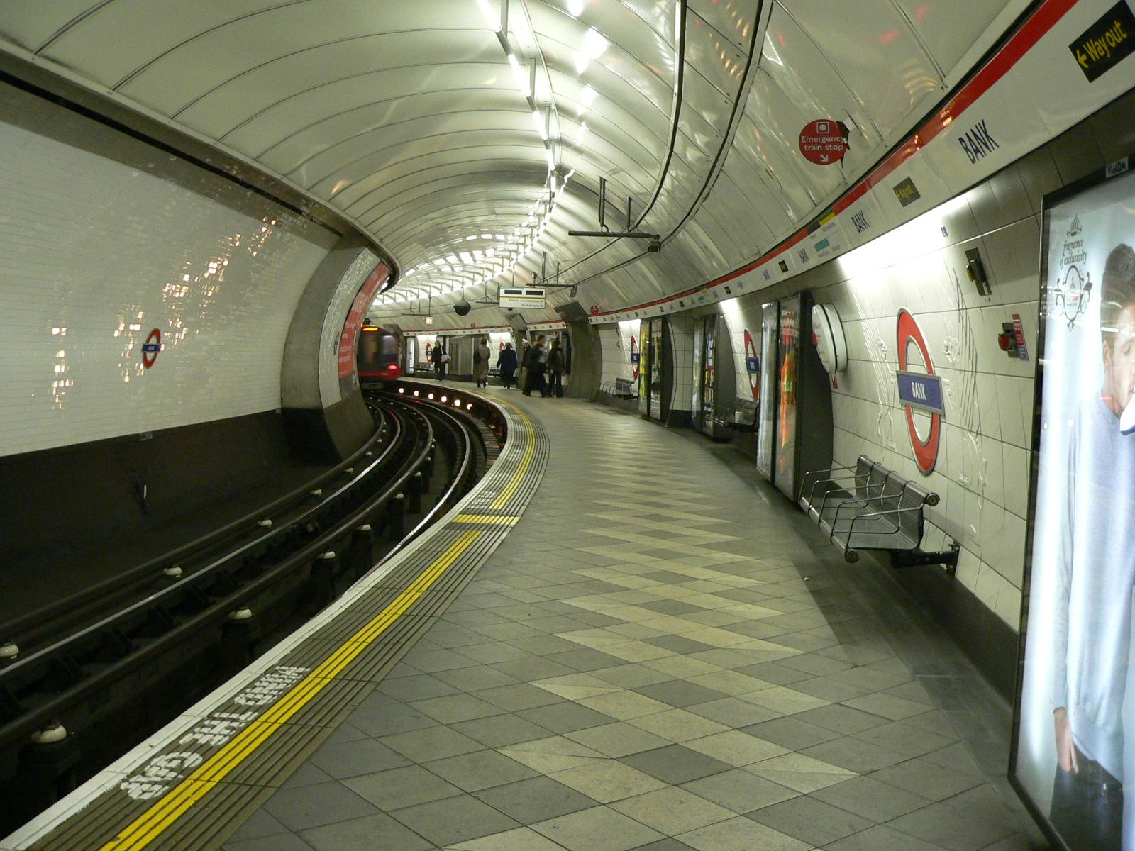 Stacja London_Underground_Central_Line_at_Bank_station_2005-12-10_02